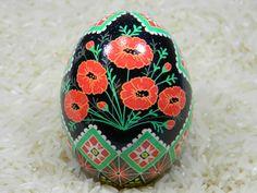 Jai besoin dun cadeau pour un ami et eu du mal à trouver quelque chose de newish. Coquelicots dans un panier est partie dune série de fleurs dans un panier style ukrainien. Cet œuf a été effectué à laide des techniques et des méthodes traditionnelles. Les couleurs utilisées sont jaune, orange, vert, rouge et finis en noir. Le œuf est un œuf de poulet jumbo. Loeuf a été recouvert de polyuréthane.