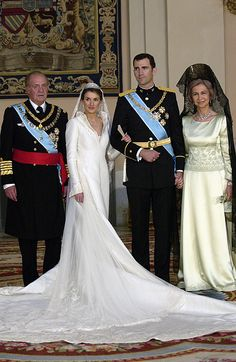 Letizia Ortiz Rocasolano marrys Spain's Crown Prince Felipe on May 22, 2004. Photographed with King Juan Carlos I and Queen Sofía.