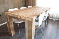 Eettafel 'RUIG' - Deze eettafel is een van de RUW standaard modellen. De RUIG eettafels worden gemaakt van oude balken uit gesloopte woningen en boerderijen. Elke tafel heeft een unieke uitstraling door het mooie verweerde hout.
