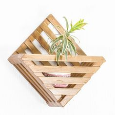 Diy Crafts For Home Decor, Wood Crafts, Paper Crafts, Wall Decor Crafts, House Plants Decor, Plant Decor, Wood Projects, Woodworking Projects, Diy Popsicle Stick Crafts