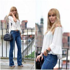 jeans acampanados con blusa blanca