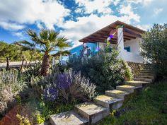 Das Ferienhaus mit Pool befindet sich auf der Insel Vulcano ca. 300m vom Strand entfernt in einer Ferienanlage. Die ruhigeLage sorgt für Erholung pur.
