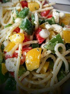 Seelenfutter – Spaghetti-Salat mit Feta und Gemüse Soul Food – spaghetti salad with feta cheese and vegetables Salade Healthy, Spaghetti Salad, Spaghetti Vegetables, Feta Salat, Carpaccio, Halloumi, Soul Food, Salad Recipes, Food And Drink