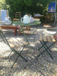 Antiguas mesas de bar en chapa y sillas tijeras. Tenemos gran stock. Pasa por nuestra casa en la barra punta del este