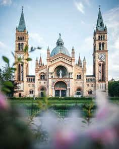 You will find hidden gems in on every corner. The Antonskirche was built in the period from 1896 to 1901 in Romanesque-Byzantine style. Pic by Wonderful Places, Beautiful Places, Culture Of Italy, Visit Austria, Vienna Austria, Voyager Loin, Baroque Architecture, Blog Voyage, Romanesque