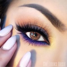 How pretty! I need to use more vibrant color in my makeup. I'm always with the natural as possible look #colorfulmakeup #eyeshadowslooks