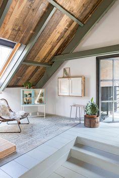 Houten plafond van sloophout in slaapkamer | Wooden ceiling made of scrap wood in the bedroom | vtwonen 09-2017 | Fotografie Margriet Hoekstra | Styling Barbara Natzijl