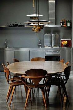 Realizat de Dordoni Architetti , acest apartament are un aer dramatic, sumbru dar în același timp elegant datorită amenjării în ne...
