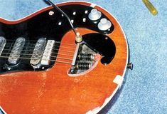 Brian May's original Red Special during its restoration job in 1997 by Greg Fryer... like May's tremolo design