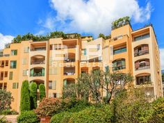 Located on the port of Fontvieille, this property, facing the port of Fontvieille and the famous Rock, features:  - an entrance - a living room - an…