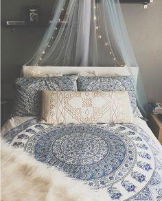 Quelle superbe façon d'habiller un lit On aime le petit look boho de cette…