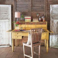 ¿Un escritorio del siglo XIX pintado de amarillo? ¡Y por qué no! Eso sí, ten…