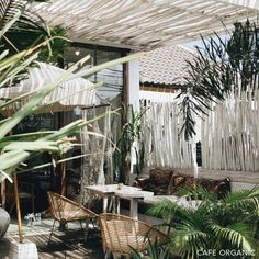 Illuminate Your Patio Area With Sun Catchers – Outdoor Patio Decor Lanai Room, Tree Interior, Interior Design, No Bad Days, Cool Cafe, Outdoor Living, Outdoor Decor, Outdoor Spaces, Cottage Design