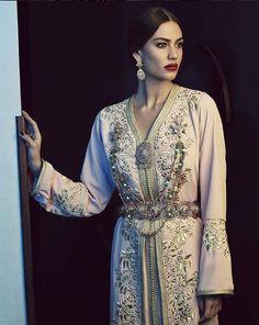 Moroccan Caftan Moroccan kaftan - @rafinity_officiel @rafinityhautecouture 2018 Morrocan Fashion, Turkish Fashion, Oriental Fashion, Indian Fashion, Moroccan Bride, Moroccan Caftan, Moroccan Style, Abaya Mode, Evening Outfits