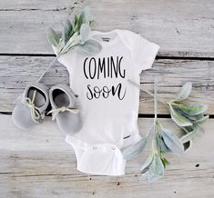 Coming Soon Pregnancy Announcement To Husband Personalized Onesie® Gift for Husband Onesie- Pregnancy Reveal -Photography-Photo Announcing Próximamente Anuncio de embarazo de San Valentín Christmas Pregnancy Reveal, Valentines Pregnancy Announcement, Cute Baby Announcements, Pregnancy Announcement To Husband, Baby Onesie Announcement, Pregnancy Announcement Photography, Baby Surprise Announcement, Grandparent Announcement, Stocking Stuffers For Baby