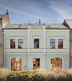 Rodinný dům vhodný pro půdní vestavbu, kde šikminy kopírují tvar střechy.