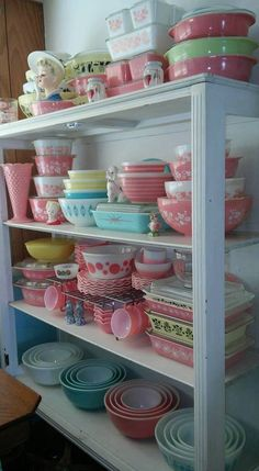Vintage Pyrex collection including pink Gooseberry, yellow Gooseberry, & promotional blue Eyes patterns on bowls, refrigerator dishes, & casserole dishes Pyrex Vintage, Vintage Kitchenware, Vintage Dishes, Vintage Glassware, Casa Mimosa, Pyrex Display, Pink Pyrex, Cocina Shabby Chic, Diy Décoration