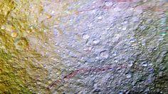 Outoja viiruja Saturnuksen kuun pinnalla - kuin väriliiduilla vedeltyjä | Color stripes on Tethys