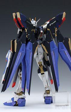 MG 1/100 XGMF-X20A Strike Freedom Gundam. Modeled by Sendo.