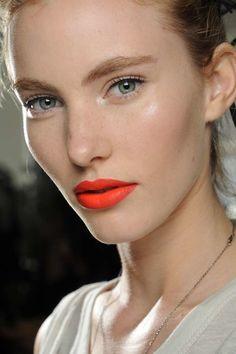 Dezenter Eyeliner zu vollen Brauen und Statement-Lippen