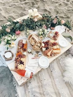 Sweet and simple decorations, flowers, greenery and a rustic pallet picnic table. Picnic platters with an abundance of food, wine to share and a lovely location. Picnic party luxury by the sea Beach Dinner, Beach Party, Picnic On The Beach, Beach Picnic Foods, Healthy Picnic Foods, Picnic Date, Night Picnic, Wedding Picnic, Fall Picnic