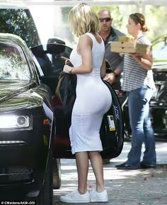 Welcome to Oma Trendz : Photos: Khloe Kardashian Shows Off Her Sexy Curves...
