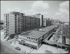 De Lijnbaan (1953) is een autovrije winkelstraat in het centrum van Rotterdam is sinds 2010 een Rijksmonument. Architect Van de Broek en Bakema.