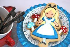 Alice in Wonderland Shortbread Cookies….great idea for an Alice in Wonderland Tea Party! Galletas Cookies, Cute Cookies, Cupcake Cookies, Sugar Cookies, Sweet Cookies, Teacup Cookies, Shortbread Recipes, Shortbread Cookies, Cookies Et Biscuits
