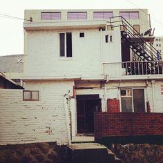 suadot / #하얀 #벽돌집 #이층집 #초록 #계단 #BrickHouse #Brick #house #street #seoul #korea / #골목 #집 / 2013 12 20