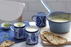 Leek and potato soup is a classic soup recipe has been given a modern twist with sweet peas and a crunchy garnish of crunchy, saffron leek rings. It takes just 15 minutes prep! Pea Recipes, Easy Soup Recipes, Easy Healthy Recipes, Lunch Recipes, Potato Recipes, Healthy Choices, 800 Calorie Meal Plan, Calorie Diet, Food Network Recipes