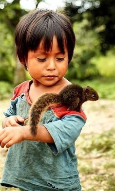 :) Children and nature are one. They rarely want to fight each other. Anybody noticed that? / Children with animals photography, children with animals pictures, children with animals illustration Precious Children, Beautiful Children, Beautiful People, Animals For Kids, Cute Animals, Funny Animals, Cute Kids, Cute Babies, Baby Kind