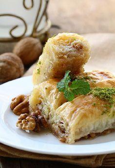 4 recettes ensoleillées MADE IN GREECE ! La cuisine grecque est une belle illustration de la gastronomie méditerranéenne. Zoom sur 4 recettes incontournables à cuisiner pour fêter le printemps.
