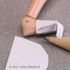Como hacer patron de zapato súper fácil!!! Con esto se puede hacer de todo!         Mark a pattern for the toe of a doll's shoe. - Photo © 2011 Lesley Shepherd