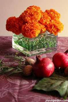 A Quick, Inexpensive  Thanksgiving Centerpiece Your Guests Will Love - giant marigolds are beautiful in a #Fall #centerpiece