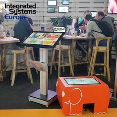 Salon Integrated System Europe à Amsterdam Table Tactile, Android, Drafting Desk, Arcade Games, Amsterdam, Europe, Furniture, Home Decor, Woodwind Instrument