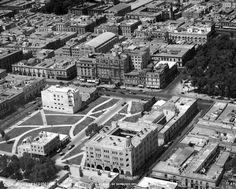 El Hotel Regis, la avenida Juárez y sus alrededores en una imagen aérea de 1932. Abajo se ve el edificio del Cuartel Central de Bomberos, en Independencia y Revillagigedo, que fue construido en 1928 y hoy es el Museo de Arte Popular. En las cuadras circundantes hay amplios terrenos utilizados como áreas verdes, incluido el espacio donde luego estaría el cine Metropolitan; más arriba destaca la nave del Frontón Hispano-Mexicano, que en 1950 se transformó en el Real Cinema.  Imagen…
