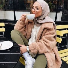 I will never get over London's vibe. ☕️ baaaabes, go to website they are having a huge black friday sale, don't forget to use my dc 'SAUF' for extra off. Modern Hijab Fashion, Street Hijab Fashion, Muslim Fashion, Korean Fashion, Casual Hijab Outfit, Hijab Chic, Casual Outfits, Cute Outfits, Winter Outfits 2017