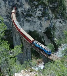 Landwasser Viaduct, Switzerland: the largest and most spectacular structure along the stretch of the Albula Line between Thusis and St. Old Steam Train, Tramway, Bonde, Train Pictures, Model Train Layouts, Train Journey, Train Tracks, Train Station, Model Trains