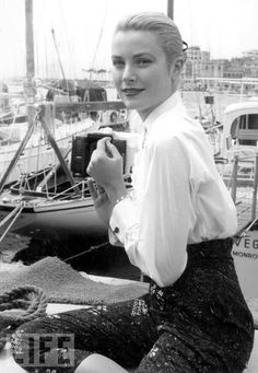Grace Kelly, 1955 - @classiquecom (Grace Kelly at The Cannes Film Festival in 1955)
