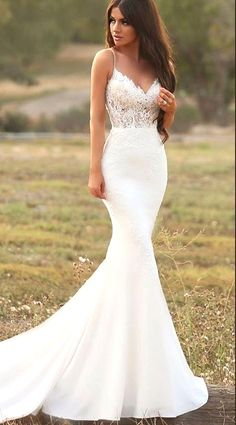 White wedding dress. Brides think of finding the ideal wedding, but for this they need the perfect wedding dress, with the bridesmaid's outfits enhancing the wedding brides dress. Here are a variety of tips on wedding dresses.