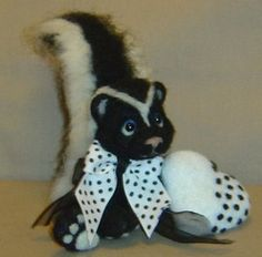 OOAK NEEDLE FELTED ARTIST BEAR VALENTINE SKUNK WITH GIFT BOX - BY DENISE GRAHAM