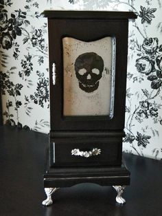 Upcycled Vintage Black Skull Jewelry Box by TwistedCreatives. Skull Jewelry, Gothic Jewelry, Jewelry Box, Jewelry Storage, Gothic Accessories, Cheap Jewelry, Jewelry Crafts, Jewelry Making, Skull Decor