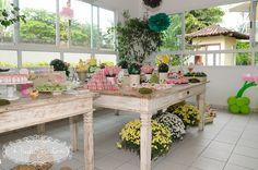 Inspiração p decorar a mesa: vasinhos de barro, flores embaixo da mesa, cx forrada com graminha em cima