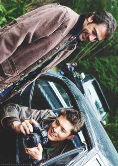 Jeffrey Dean Morgan (John Winchester) & Jensen Ackles (Dean Winchester) Father and son Bound Supernatural Series, Winchester Supernatural, Winchester Boys, Winchester Brothers, Supernatural Fandom, Castiel, Supernatural Wallpaper, Supernatural Imagines, Jeffrey Dean Morgan