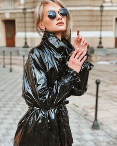 Vinyl Raincoat, Pvc Raincoat, Imper Pvc, Black Mac, Black Raincoat, Vinyl Clothing, Equestrian Chic, Rubber Raincoats, Leather Trench Coat