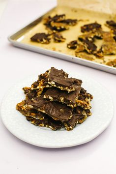 Chocolate Pretzel Toffee Bark : You only need 4 simple ingredients to make an irresistibly sweet, salty and crunchy snack. You only need 4 simple ingredients to make an irresistibly sweet, salty and crunchy snack. Candy Recipes, Sweet Recipes, Snack Recipes, Toffee Bark, Snacks To Make, Bark Recipe, Salty Snacks, Christmas Cooking, How Sweet Eats