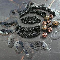 Détail de broderie sur cuir vieilli brodé de Swarovski