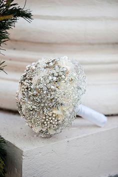Sin duda, para un ramo de novia glam, lo mejor es optar por la pedrería de cristal