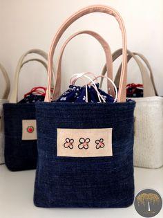 Lunch Bag - čtyřlístkový Z limitované edice Exclusive Collection. Základem se stala tmavě modrá džínovina, doplněná starorůžovými uchy, dekorovaná přírodní kůži s autorskou malbou podtrhnutou starorůžovými korálky. Vnitřní strana Lunch Bagu je opatřena speciálním nepromokavým, ale zároveň velmi luxusním materiál, aby nedocházelo k nějakým nehodám ;) Lunch ...