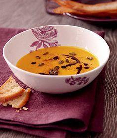Kürbissuppe mit Möhren, Orangensaft und karamellisierten Kürbiskernen.